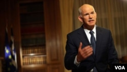 El primer ministro Papandreou enfrentó enorme presión internacional para que desistiera del referéndum.