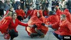 Los eventos con motivo del Día Mundial del SIDA se iniciaron en Rumania y otros países.