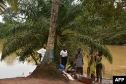 Des jeunes femmes se lavent à Noé, la ville frontalière entre la Côte d'Ivoire et le Ghana où les résidents n'ont pas pu traverser en raison de la pandémie de COVID-19, le 22 septembre 2021.