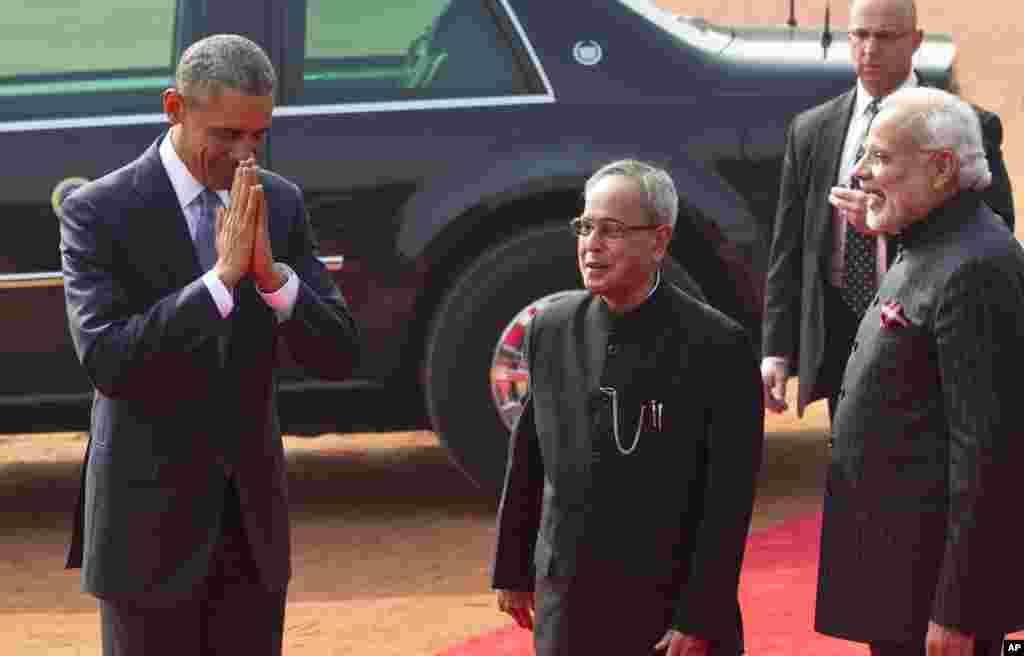 صدارتی محل پہنچنے پر امریکی صدر مخصوص ہندوستانی انداز میں سلام یعنی 'نمستے' کر رہے ہیں۔