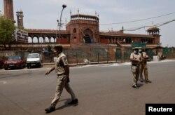 Polisi berdiri di depan Masjid Jama atau Masjidil Haram pada Jumat-ul-Vida atau Jumat terakhir bulan suci Ramadan, saat diberlakukannya lockdown di tengah pandemi COVID-19, di kawasan tua Delhi, India, 7 Mei 2021.