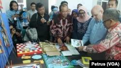 Rektor UINSA Surabaya Prof Abdul A'la menunjukkan alat peraga pembelajaran karya mahasiswa calon guru kepada Jeff Cohen dari USAID (Foto: VOA/Petrus)
