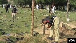 Polisi Pakistan memeriksa lokasi ledakan di distrik Shina Samar Bagh, Dir Bawah, Pakistan barat laut (15/9).