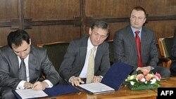 Potpredsednik Vlade Srbije Božidar Djelić, šef Delegacije EK u Srbiji Vensan Dežer i predsednik Vlade Vojvodine Bojan Pajtić prilikom potpisivanja sporazuma u Novom Sadu, 22. mart 2010.