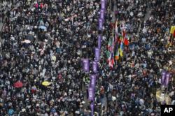 8일 홍콩 시내에서 진행된 행진 현장에 인파가 들어차있다.