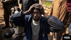 Las milicias anti Gadhafi capturaron a un mercenario de Chad, a quien acusan de estar al servicio del lider libio.