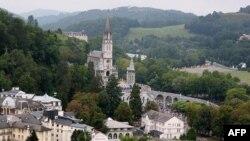 Hàng năm cộng đồng nhỏ bé ở Lourdes tiếp đón đến 6 triệu người hành hương