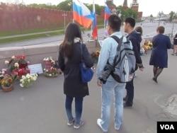 反对派领袖涅姆佐夫今年年初遇害。在涅姆佐夫遇害地点的中国游客。