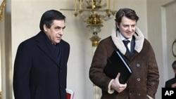 Thủ tướng Pháp Francois Fillon (trái) đã đệ văn thư lên tổng thống nói rằng ông và các bộ trưởng đã từ chức mặc dù nội các sẽ tiếp tục điều hành công việc hằng ngày cho đến khi tân tổng thống nhậm chức