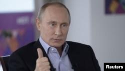 Tổng thống Nga Vladimir Putin trả lời câu hỏi của ký giả tại cuộc họp báo ở Sochi, 19/1/14