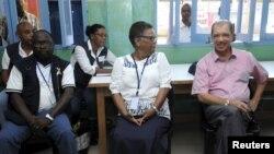 Le président des Seychelles James Michel, à droite, discute avec l'avocat Alexia Antao dans un centre de vote pendant les élections présidentielles à Victoria, Seychelles, le 3 décembre 2015. Michel a remporté un troisième mandat le samedi 19 décembre 2015.