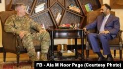 عطا محمد نور (راست) با جنرال جان نیکولسن (چپ) در شهر مزار شریف