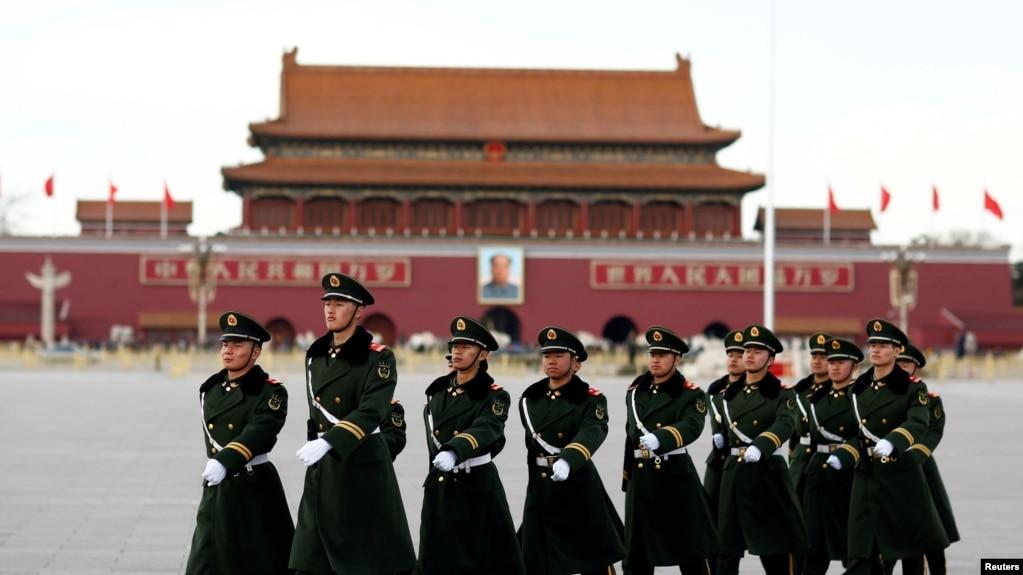 一隊中國武警士兵走過北京天安門廣場。 (資料照片)