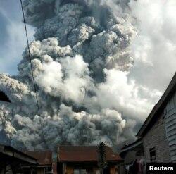 Sakinlərin 9 iyun tarixində çəkdikləri fotolarda Sinaburq vulkanı üzərində külın səmaya qalxması görünür.