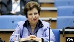 شیرین عبادی کمی بعد از برنده شدن جایزه صلح نوبل، مجبور به ترک ایران شد.