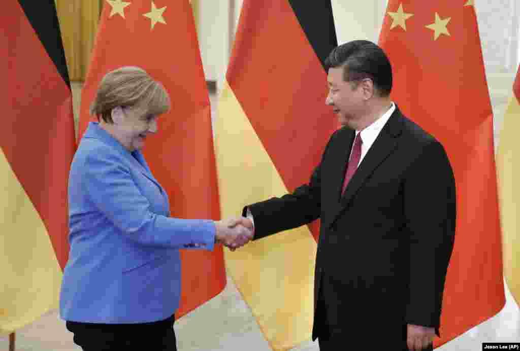 中国国家主席习近平2018年5月24日在北京人民大会堂与德国总理安格拉·默克尔会晤。 在美国福布斯杂志2018年世界最具权势人物榜上,习近平第一,默克尔第四。默克尔连续多年是这个排行榜上 全球最有权势的女性。