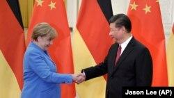資料照:中國領導人習近平在北京人大會堂會晤到訪的德國總理默克爾。 (2018年5月24日)