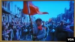 """苏联与中国1950年联合拍摄的纪录片""""中国人民的胜利""""中的画面,林彪的四野部队进城受欢迎。(美国之音白桦拍摄)"""
