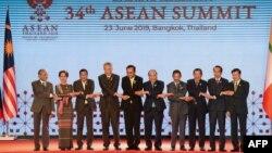 Các nhà lãnh đạo Đông Nam Á cùng nhau chụp ảnh hôm 23/6.