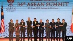 东盟国家领导人6月23日在泰国首都曼谷举行的第34届东盟峰会上合影留念。