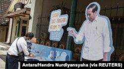 Seorang pria mencuci tangan di tempat cuci tangan untuk mencegah penyebaran Covid-19 di Yogyakarta, 30 Maret 2020. (Foto: Antara/Hendra Nurdiyansyaha/via REUTERS)