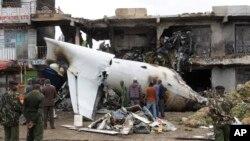 2일 케냐 나이로비 국제공항 인근에허 화물기가 이륙 직후 건물과 충돌하는 사고가 발생했다. 비행기에 타고 있던 승무원 4명이 모두 사망했다.