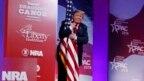 Tổng thống Trump ôm quốc kỳ Mỹ hôm 2/3.