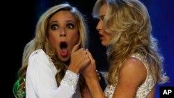 Miss Nueva York, Kira Kazantsev, se sorprende al ser nombrada Miss Estados Unidos 2015, ganando a la otra finalista, Miss Virginia, Courtney Paige Garrett.