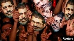 무함마드 무르시 전 대통령의 지지자들이 12일 카이로에서 그의 석방과 복권을 요구하며 시위를 벌이고 있다.