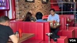 香港特首林鄭月娥3月27日公佈了更嚴厲的防疫新措施,包括禁止多過4人以上在公眾地方聚集,每張餐桌不能坐多過4名客人等。(美國之音湯惠芸)