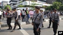 2016年1月17日印尼雅加達警察在襲擊發生後一家星巴克咖啡廳外巡邏。
