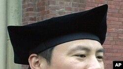 王丹2008年获得哈佛大学博士学位,目前在台湾教书