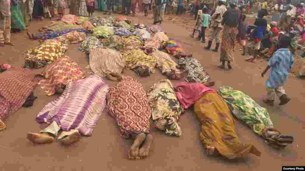 La communauté burundaise éprouvée montre ses morts sur la grande route non loin d'une base de la Monusco, à Kamanyola, dans le Sud-Kivu, 16 septembre 2017.