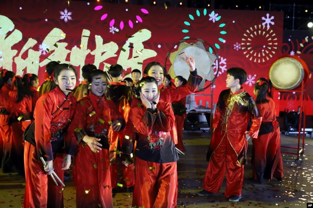 2018年1月1日,中國北京慶祝新年活動的表演者拍照留念。