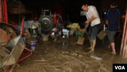Seorang warga Taiwan sedang membersihkan lumpur sisa-sisa banjir dan longsor akibat topan Nanmadol di Laiyi, Pingtung, selatan Taiwan (29/8).