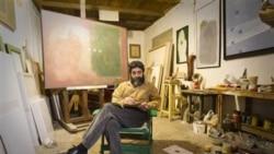 بهرام دبیری از هنرمندان ایرانی در آتلیه خود