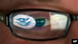美國國土安全部門的網絡專家的眼鏡倒影該部門標誌
