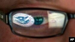 미국 아이다호주 아이다호폴스에 있는 국토안보부 건물에서 사이보 안보 담당 직원이 모니터를 보고 있다. (자료사진)