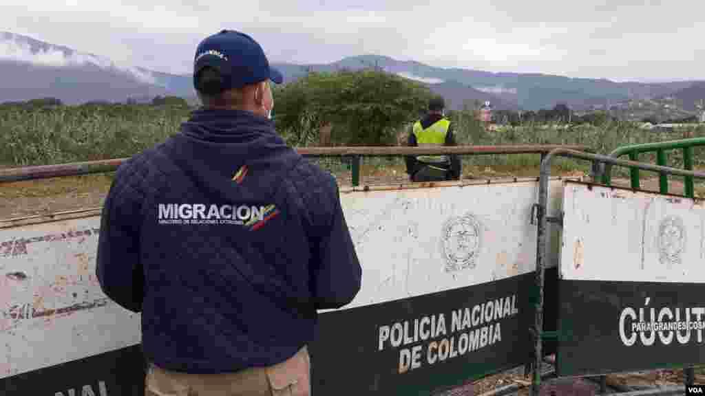 Trabajador de migración Colombia observa el paso fronterizo entre Villa del Rosario y San Antonio del Táchira.