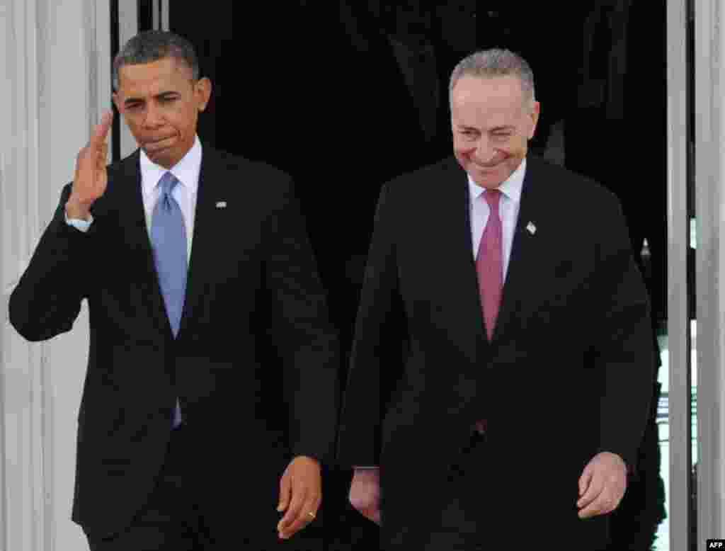 Le président Obama et lesénateur démocrate de New York, Chuck Schumer, président de la Commission conjointe d'investiture, quittant la Maison-Blanche pour le Congrès le 21 janvier 2013.