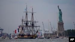 Kapal tradisional Hermione, replika kapal abad ke-18 yang membawa dukungan Perancis untuk revolusi Amerika, melewati Patung Liberty di New York, 4 Juli 2015.