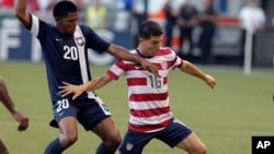 El jugador de Estados Unidos, José Torres a la derecha y el jugador del Belice, Daniel Jiménez, a la izquierda.