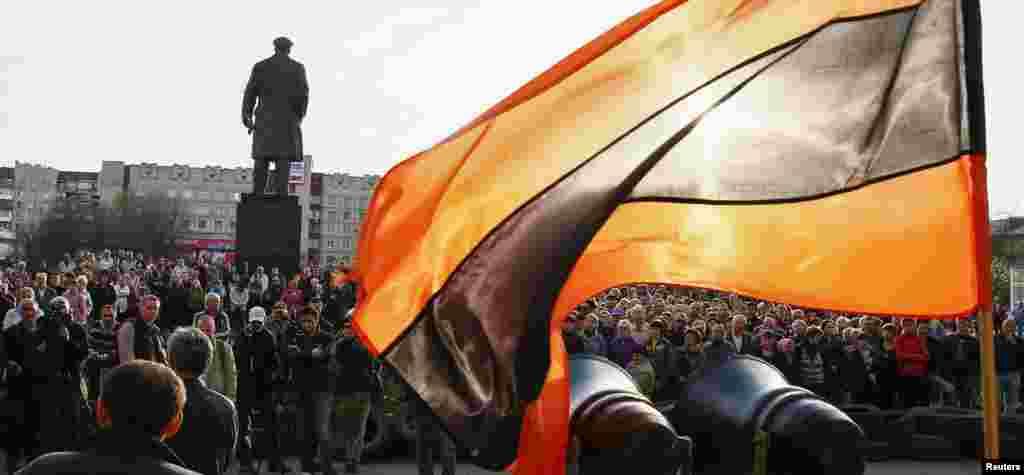 Người ủng hộ Nga tụ tập bên ngoài văn phòng thị trưởng ở Slaviansk, Ukraine phất cờ mang màu Dải Ruy-băng Thánh George, đã trở thành một biểu tượng của tình cảm thân Nga.
