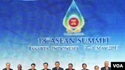 Para pemimpin ASEAN berpose bersama dalam KTT ke-18 yang berlangsung di Jakarta.