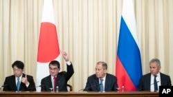 2018年7月31日在莫斯科一會議上﹐俄羅斯外長拉夫羅夫(右二)與日本防衛大臣小野寺五典(左一)資料照。