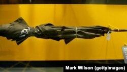 """ქოლგის ასლი, რომლითაც """"კაგებეს"""" აგენტმა, 1978 წელს ბულგარელი დისიდენტი მწერალი და ჟურნალისტი, გეორგი მარკოვი მოკლა. ექსპონატი ვაშინგტონის """"საერთაშორისო ჯაშუშობის მუზეუმშია"""" წარმოდგენილი. მარკ უილსონის ფოტო."""