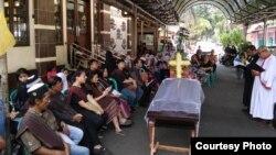 Kebaktian tutup peti keluarga Jeferson Goeltom digelar di depan Masjid Darusalam karena rumah saudaranya masuk gang sempit. (Courtesy: Jeferson Goeltom)