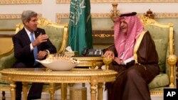 Menlu AS John Kerry (kiri) berbincang dengan Menlu Arab Saudi Pangeran Saud Al-Faisal bin Abdulaziz al-Saud, di Riyadh, Arab Saudi (3/11).