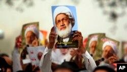 شیعیان که اکثریت بحرین را دارند، در تجمع های خود عکس عیسی قاسم را در دست دارند.