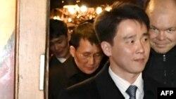 미국과 남북한의 1.5트랙 대화 참석을 위해 핀란드를 방문한 최강일 북한 외무성 부국장(왼쪽 2번째) 등 북한 대표단이 헬싱키의 한 식당을 나서고 있다.